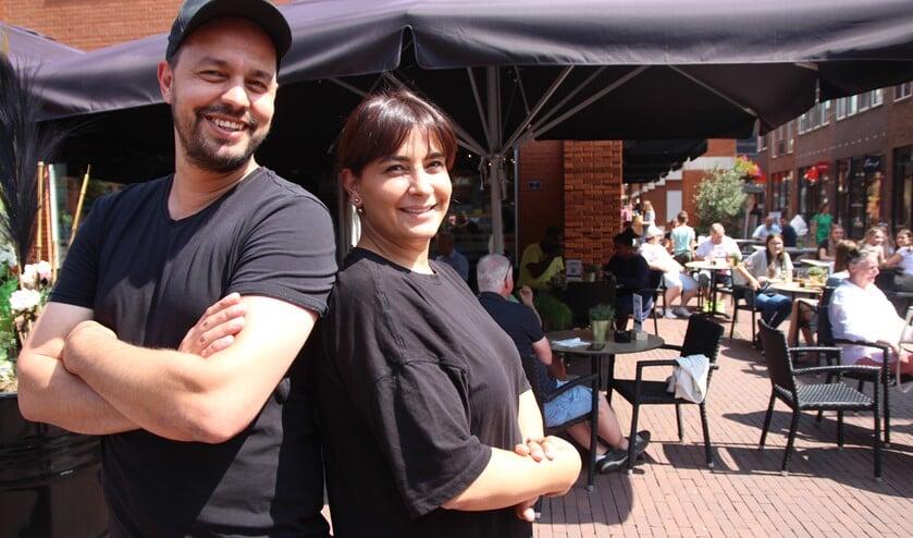 <p>Mehmet en Kader zijn goed van start gegaan. Ondanks de drukte loopt het als een zonnetje en maken ze zelfs even tijd voor een fotootje!</p>