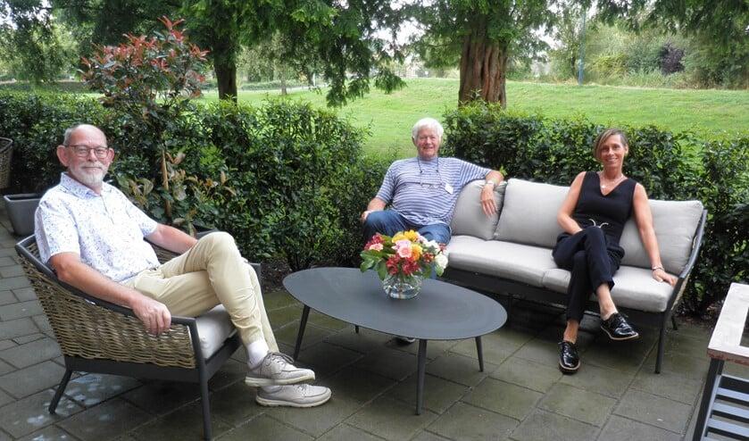 Gerard van der Kort (links), Piet Plooij en Manon van Wieren op de nieuwe tuinset. Foto Kees van Rongen