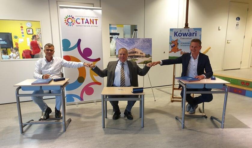 <p>Onder toeziend oog van de nieuwe gebruikers werd de overeenkomst ondertekend door wethouder Hennevanger, de heren Kok en Nieuwenhuizen van Middelwatering Bouw en de heer Van Vliet van Brandsen installatietechniek. </p>