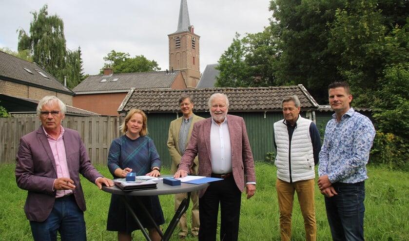 <p>Ondertekening op locatie. Van links naar rechts: Wim Wierema, Ilona Jense, Ferdinand Schreuder, Jan Vincenten, Robbie Dr&ouml;ge en Oscar van Buijtene.</p>
