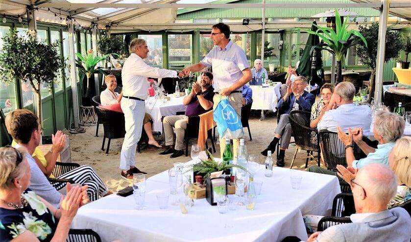 <p>Leden en partners van de Rotaryclub Voorschoten-Leidschendam waren getuige van de bestuursoverdracht (foto: Paul van Wezenberg). </p>