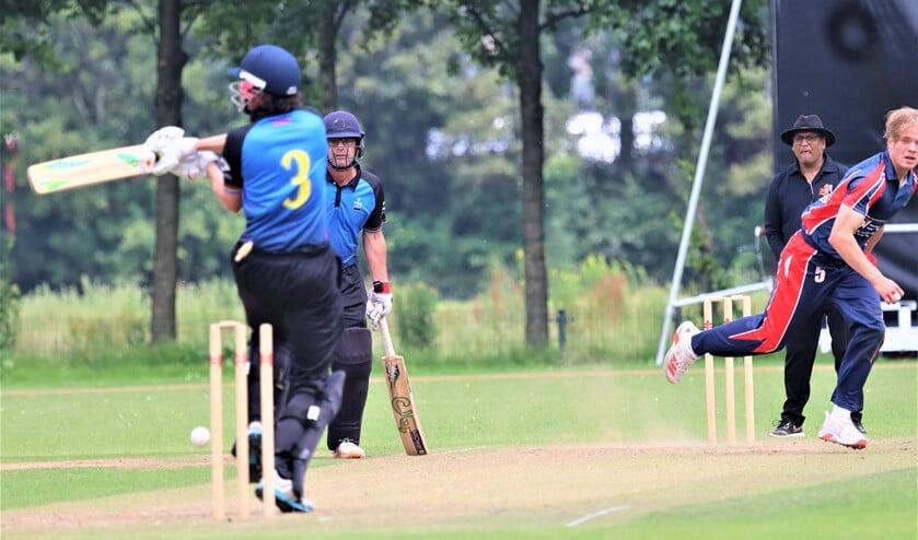 <p>Bas de Leede (rechts deels zichtbaar) ziet dat Eric Szwarczynski de bal in zijn eigen wicket speelt (foto: Catch of the Day BV).</p>