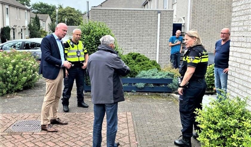 <p>Burgemeester Tigelaar ging samen met de wijkagent langs bij een aantal getroffenen (foto: gemeente LV).</p>