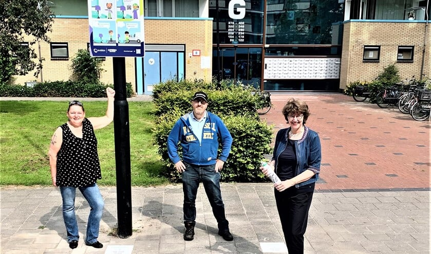 V.l.n.r. Petra Middendorp, Walter Schijf en Wethouder Juliëtte Bouw bij vaste aanbiedplek grofvuil aan Prins Johan Willem Frisolaan (foto: gemeente LV).