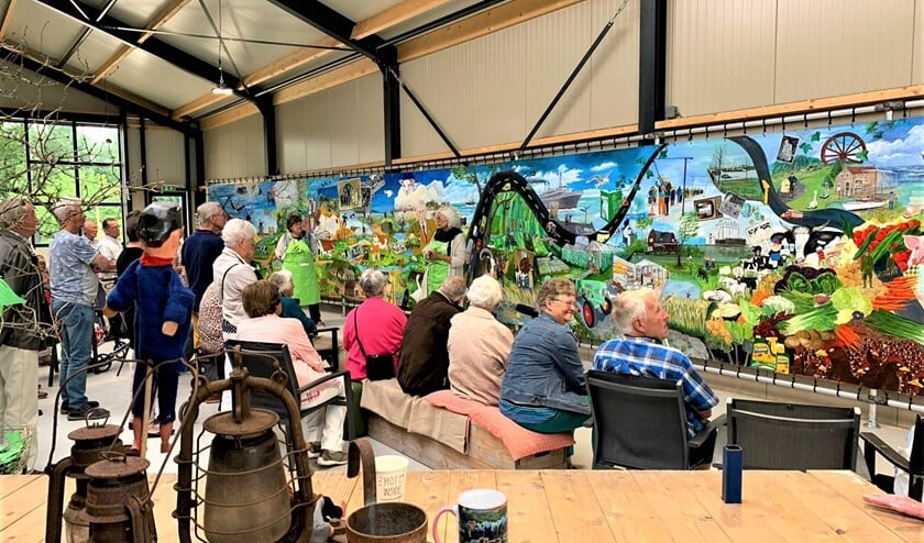 <p>De Stompwijkse ouderen bewonderen het Panorama Platteland op de Molenwei (foto&#39;s: Ria Luiten).</p>