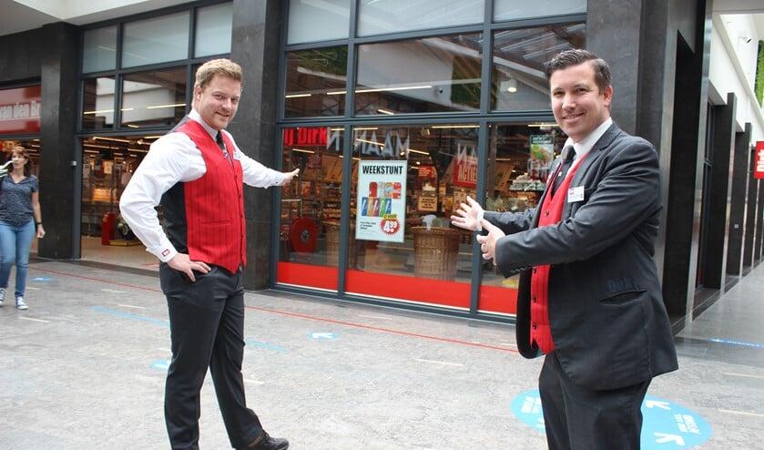 <p>Afdelingsmanager kruidenierswaren/kassa Jan van Waas en supermarktmanager Michel van Elleswijk voor de ruim driehonderd vierkante meter extra winkelruimte.</p>