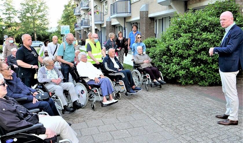 <p>Burgemeester Klaas Tigelaar spreekt de deelnemers aan de rolstoeldriedaagse toe (foto: Ot Douwes).</p>