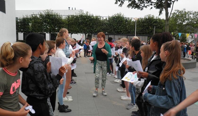 <p>&nbsp;Kleuterjuf Annemarie van Dongen neemt afscheid van &lsquo;haar&rsquo; kinderen op Het Noorderlicht. Foto Kees van Rongen </p>