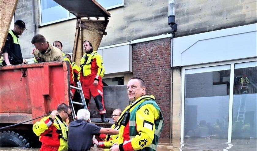 <p>De leden van de Reddingsbrigade helpen iemand in een ondergelopen straat in de laadbak van een tractor (foto&#39;s: Reddingsbrigade Leidschendam).</p>