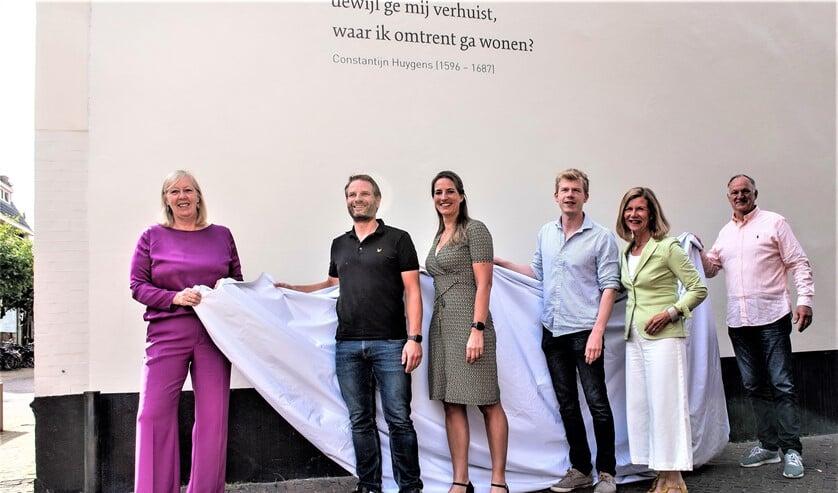 <p>Wethouder Astrid van Eekelen, de eigenaren van het pand en andere belanghebbenden bij het muurgedicht (foto: Michel Groen).</p>