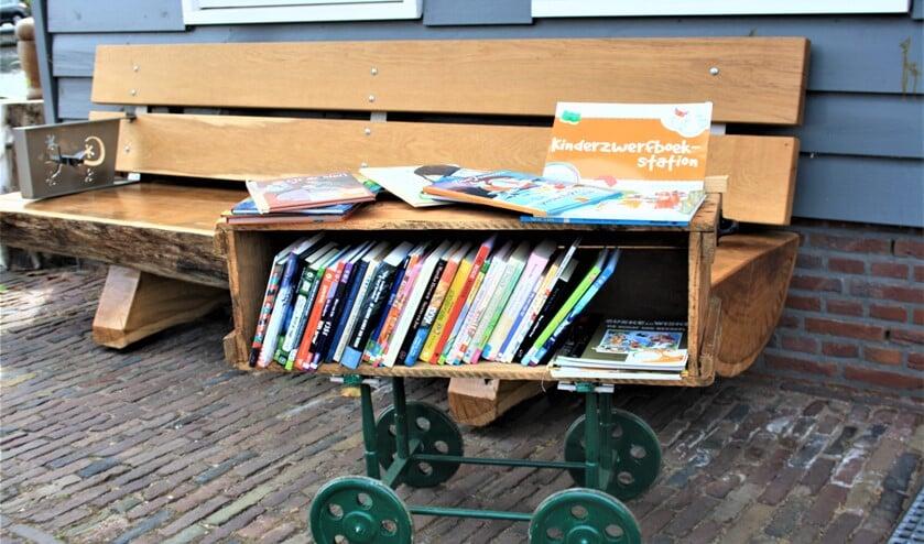 <p>Het KinderboekZwerfboekStation bij zaagmolen De Salamander. </p>