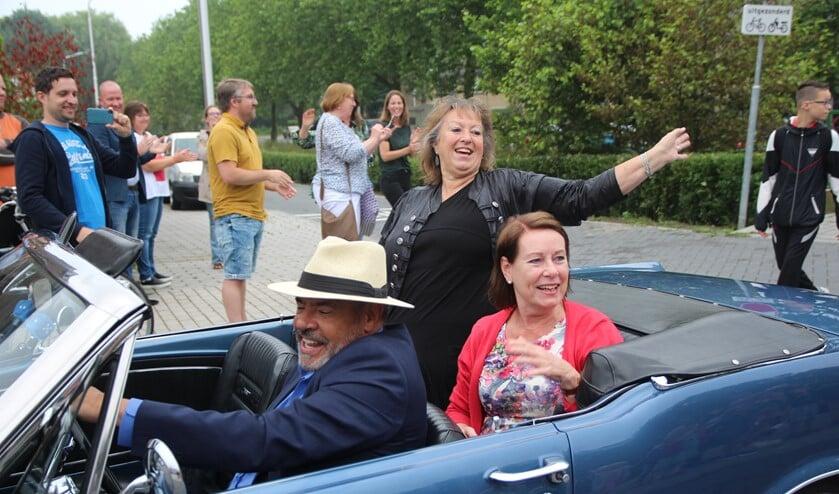 <p>Juf Agnes en juf Marlies werden op hun laatste &lsquo;werkdag&rsquo; per cabriolet naar school gereden.</p>