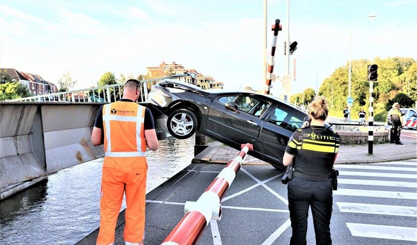 <p>De auto reed onder de slagboom door tegen de deels geopende brug. (foto: Sander Paardekooper).</p>