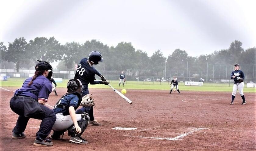 Pitcher Laura Melissant en catcher Gitte Janssen tijdens de tweede wedstrijd (foto: Ronald van Montfort).