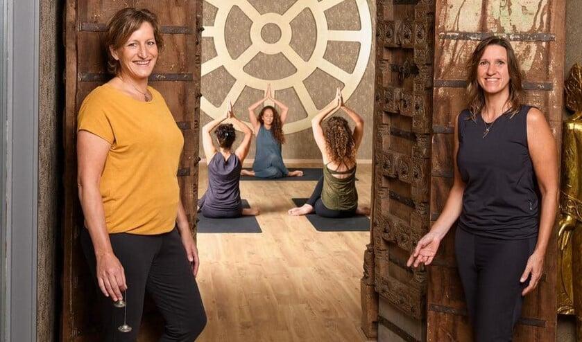 <p>Michaela Poort en Irma van der Meer voor de Oosterse poort van de prachtige yogaruimte in Nootdorp.</p>
