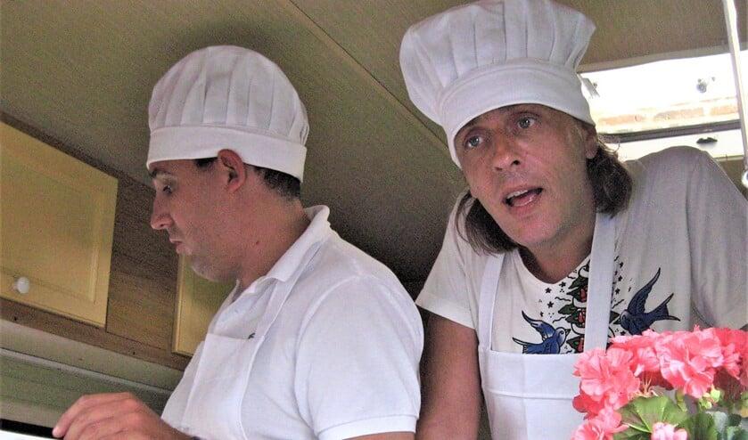 <p>Gijs Groenteman en Marcel van Roosmalen in hun pannenkoekencaravan (foto: pr).</p>