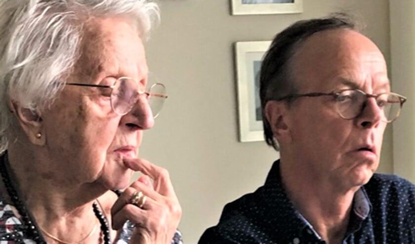 <p>Mevrouw Janson-van Haaster en haar jongste zoon zitten te luisteren naar de uitzending van Midvliet (foto: pr).</p>