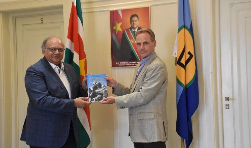 <p>De ambassadeur vond het een geweldig initiatief en is zeer content met de prachtige uitgave.</p>