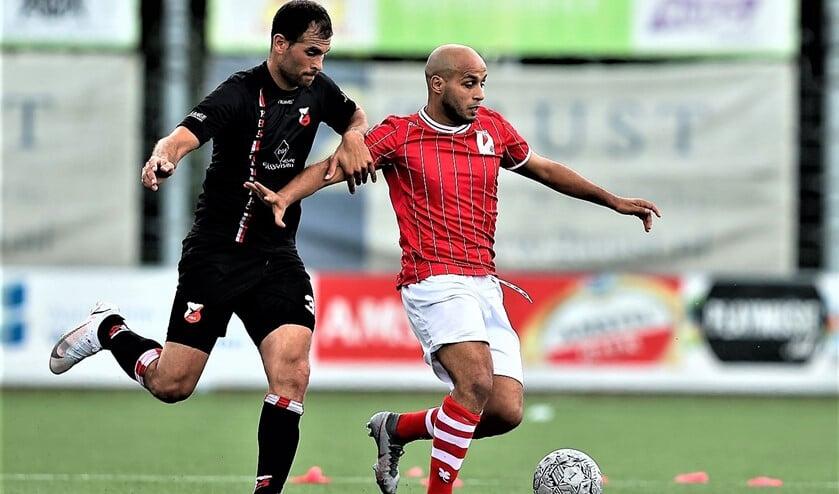 <p>Zakaria Amrani (rechts) schoot RKAVV tegen HBS van afstand naar een 1-0 voorsprong (foto: Hans van der Valk/The Arsenal).</p>
