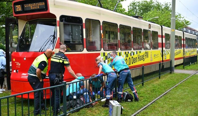 <p>Ondanks alle zorg door de ambulancemedewerkers en het MMT is de man uiteindelijk toch aan zijn verwondingen bezweken (foto: Bob van Keulen).</p>
