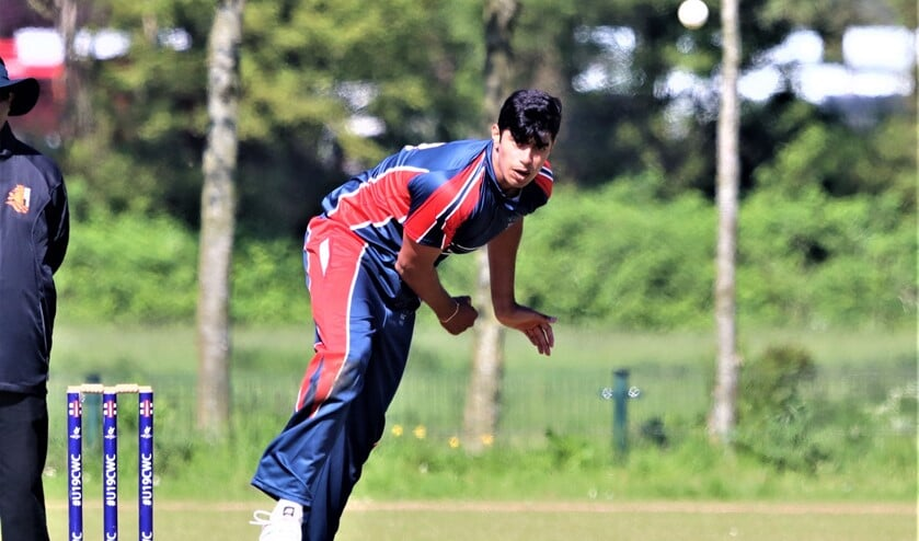 <p><em>Aryan Dutt maakte indruk met vier wickets voor zes runs (foto: Catch of the Day BV).</em></p>