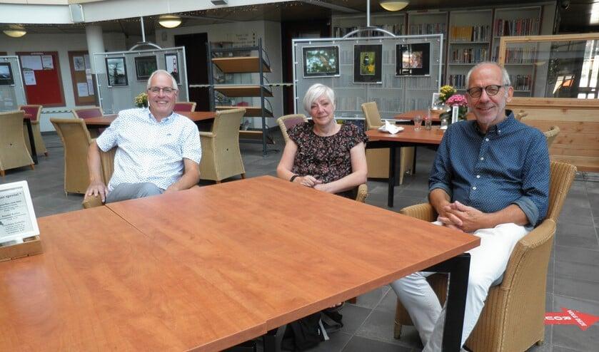 V.l.n.r.: Hans Bongers, Elly Stevens en Dick Brethouwer in Eetcafé De Leyens. Foto Kees van Rongen