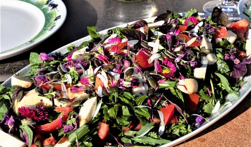 Bloemige salade (foto: Roos van Unen).