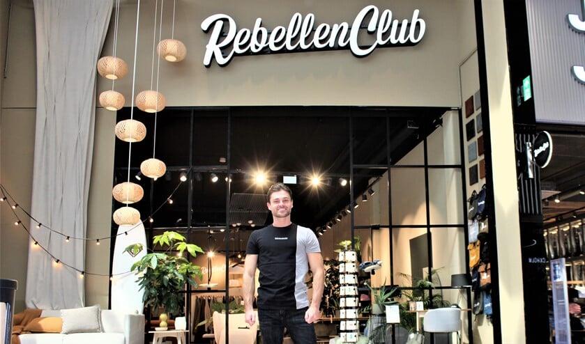 <p>Shopmanager Gaetano van Vugt voor de winkel van Rebellenclub aan de Duindoorn in de Westfield Mall of the Netherlands (foto/tekst: DJ).</p>