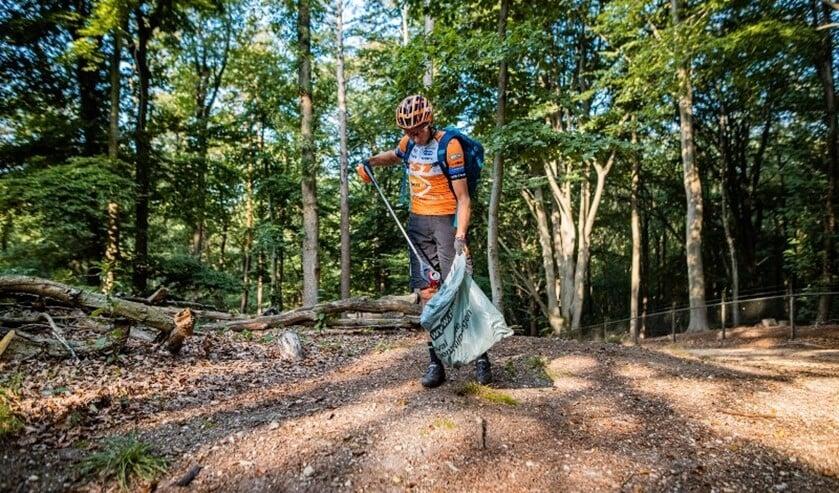 <p>Olympisch kampioen Bart Brentjens geeft de aftrap van de opruimactie in het Buytenpark.Foto: wielersportbond NTFU</p>