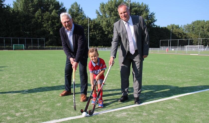 <p>Het jongste en het oudste lid verrichtten samen met de sportwethouder de officiële opening.</p>
