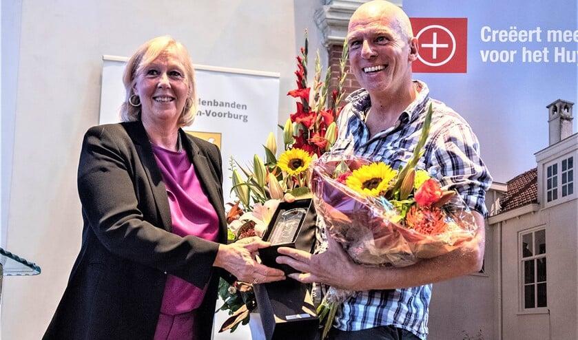 <p>Wethouder Astrid van Eekelen overhandigt de prijs aan Roland Maas (foto: Michel Groen).</p>
