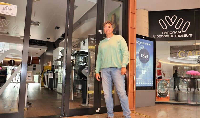 Jan Kragt bij het Nationaal Videogame Museum. Een van de stops tijdens de culturele wandeling. Foto: Fred Roland