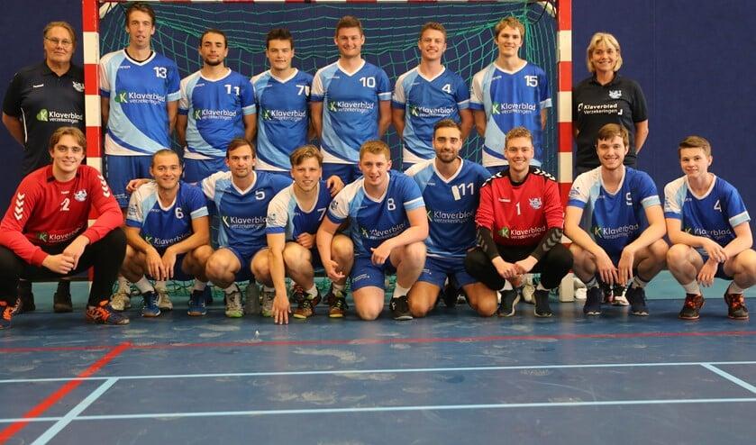<p>De heren van Oliveo Handbal winnaar van het Klaverbladtoernooi (foto: Mieke van Veen)</p>
