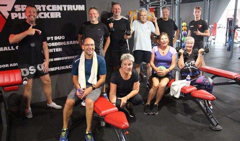 <p>Dave Nijhuis met de fanatieke sporters van de vijftigplusgroep.</p>