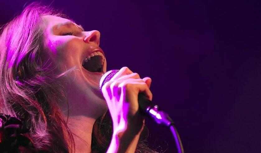 <p>&nbsp;De avonden worden georganiseerd door zangeres, dirigente en zangdocente Katja Remmerswaal van Singalongs. nl (foto: Facebook).</p>