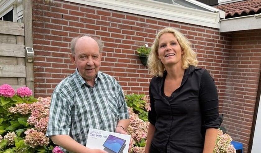 Susanne Schat (Centrum voor Criminaliteitspreventie en Veiligheid) overhandigde uit naam van Stichting WABP.nl de gewonnen tablet aan dhr. Wiewel