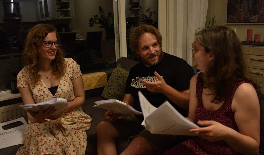 Angelique Velthuijsen (productieleider), regisseurs Johannes Eichwald en Marit Nikerk (rechts) bereiden zich voor op Midzomernachtsdroom.