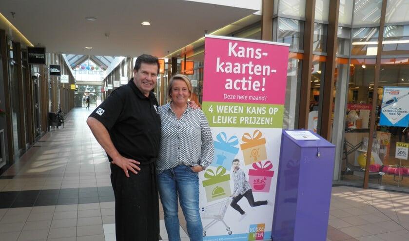 Ellen Gielisse en slager Reas presenteren de Kanskaartenactie in winkelcentrum Rokkeveen. Foto Kees van Rongen