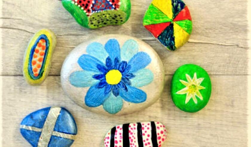 <p>Happy Stones zijn kleurrijk versierde stenen die je kunt verstoppen in de natuur zodat anderen ze vinden.</p>