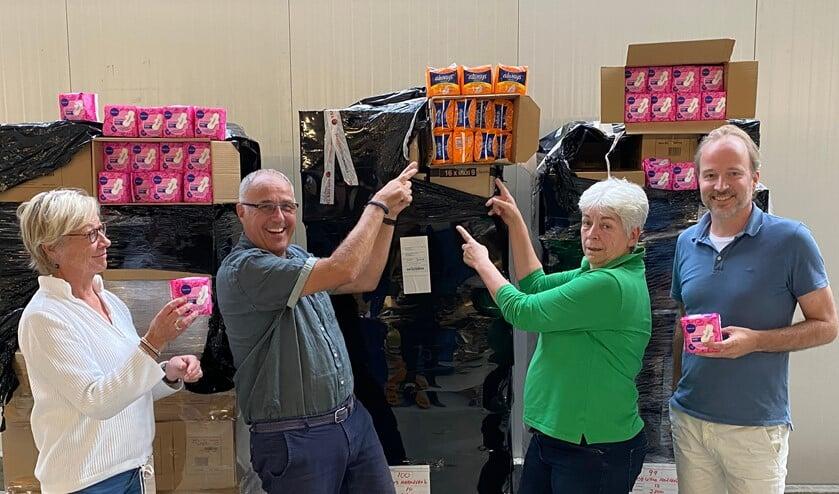 Vrijwilligers Voedselbank zamelen maandverband in.