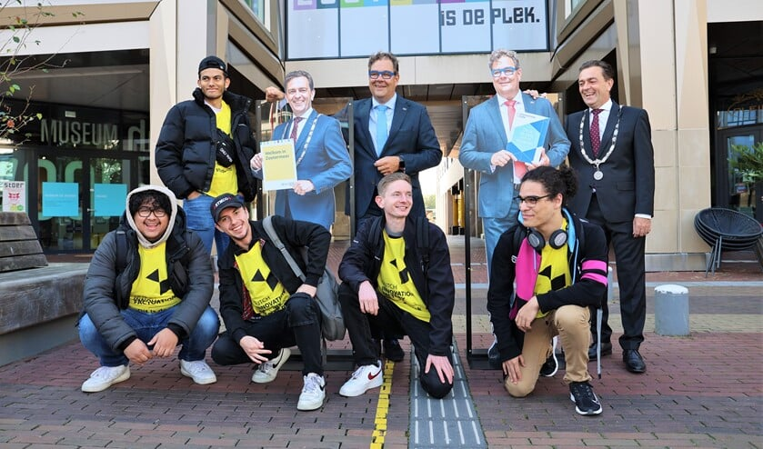 Welkom voor nieuwe studenten door burgemeester en wethouder en hun foto's. Foto: Fred Roland