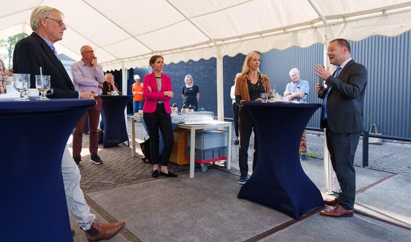 <p>Wethouder Van Kuppeveld druk in gesprek met z&#39;n Haagse collega&#39;s. (Foto: Martijn Beekman / gemeente Den Haag)</p>