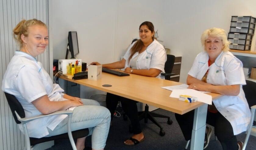 Werkoverleg van Jolanda (rechts) met haar medewerkers Wieke (links) en Yasmin.