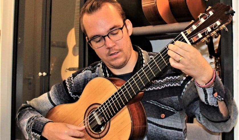 <p>Gitarist Martin van Hees, die door het hele land optreedt, geeft zaterdag een concert in Ons Tolhuis in Leidschendam (tekst/foto: Dick Janssen).</p>
