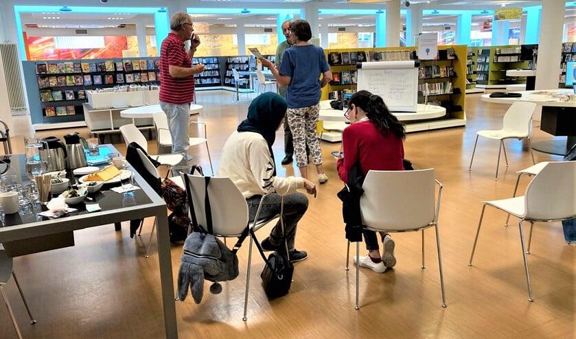 <p>Op de eerste bijeenkomsten werd over van alles gesproken en werd er gezamenlijk gelezen (foto: Bibliotheek aan de Vliet). </p>