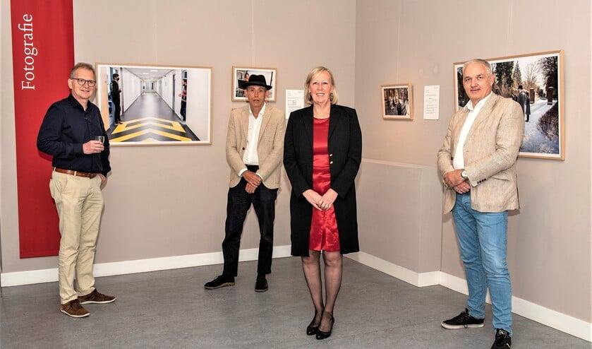 <p>Samen met enkele van de &nbsp;fotografen en filmers liet Astrid van Eekelen de beelden nog eens op zich inwerken (foto: Nico van der Ven).</p>