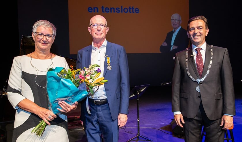 <p>Toine Maes met echtgenote Verolique Jacobse en burgemeester Bezuijen.&nbsp;</p>