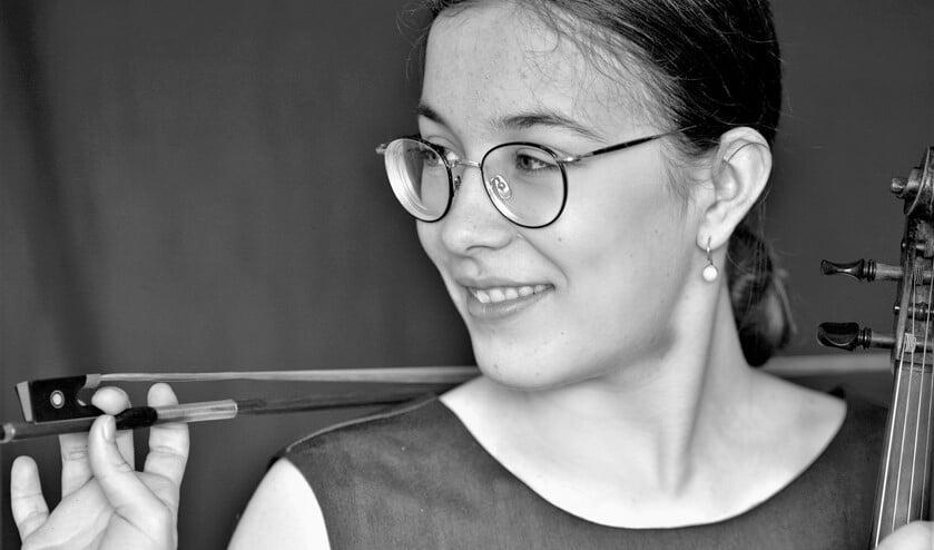 <p>De 16-jarige Voorburgse violiste Kira van der Woerd speelt in Amsterdam op &#39;Klassiek op het Amstelveld&#39; (foto: pr).</p>