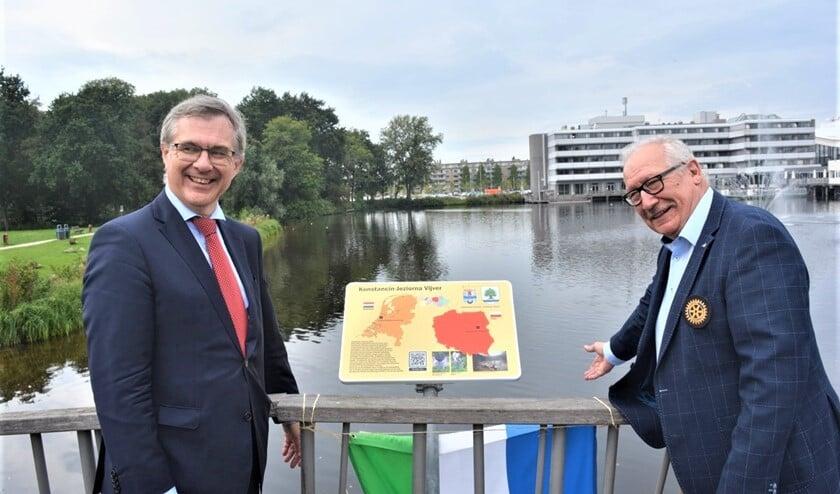 <p>De onthulling van het bord aan de Konstancin-Jeziornavijver door waarnemend ambassadeur van Polen Piotr Samerek en Andrzej Cieslawski, namens de Poolse gemeente Konstancin-Jeziorna (foto: pr).</p>