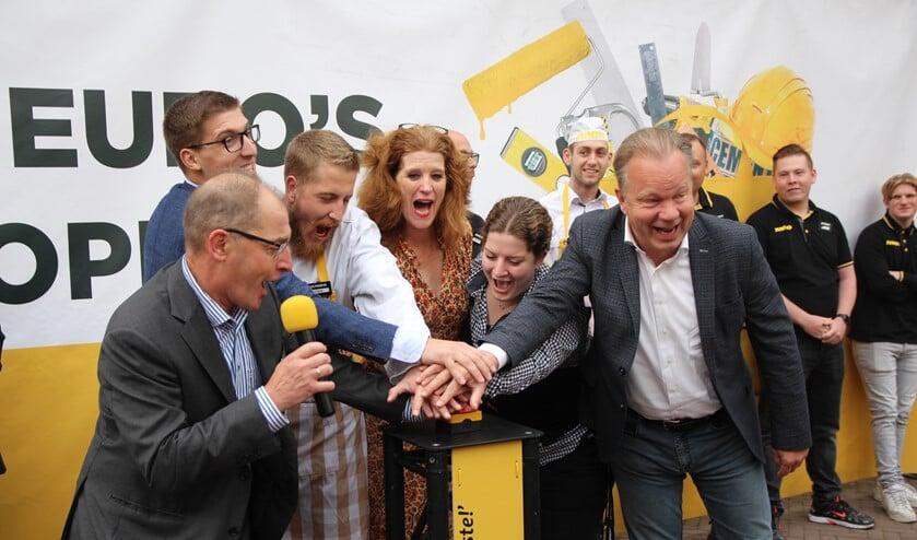 <p>De familie Steendam en Ton van Veen van JUMBO Nederland verrichtten de offici&euml;le opening.&nbsp;</p>